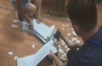 В Днепре члены избиркома уничтожали неиспользованные бюллетени топором