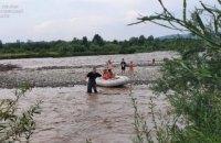 На Прикарпатті надзвичайники врятували 6 дітей, які у негоду опинилися на острові посеред річки