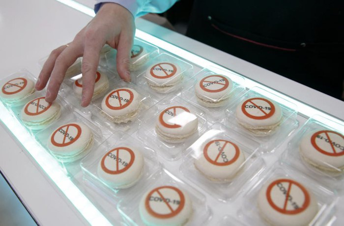 Десерт макарон под названием «Таблетка от коронавируса» на прилавке в кондитерской Минска
