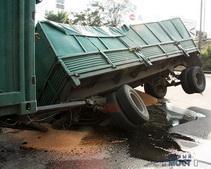 В Днепропетровске провалился грузовик с зерном