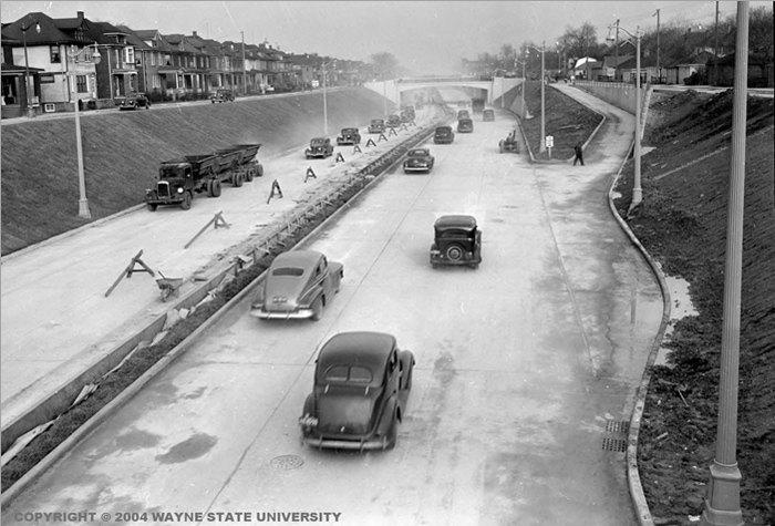 Строительство первой в мире городской автомагистрали («хайвей») M-8, которая сейчас называется Дэвисон, США