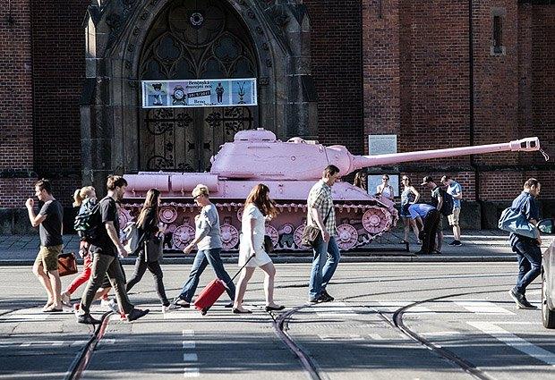Советский танк Т-23 на площади чешского города Брно. Изначально он был символом освобождения тогдашней Чехословакии от нацистской оккупации, но в 1991 его перекрасили в розовый в знак «красивого окончания оккупации Чехии Советскими войсками».