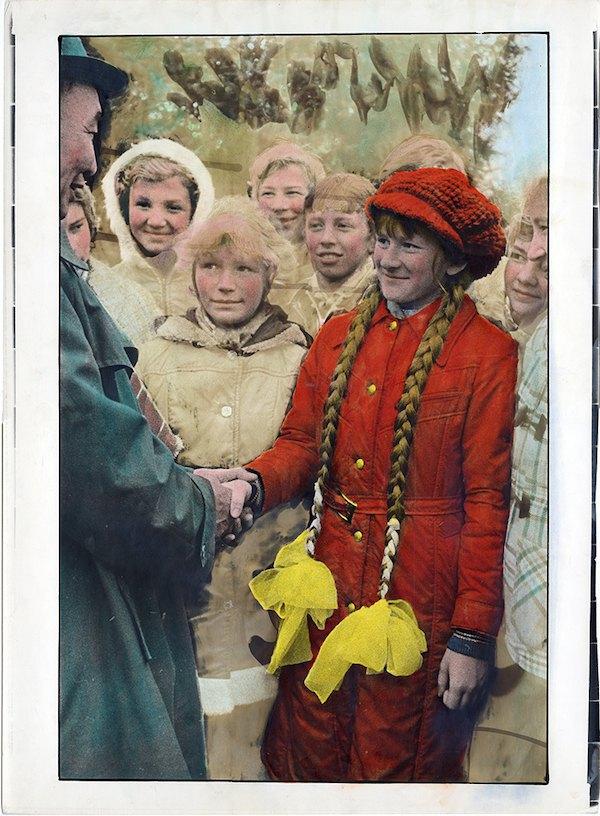 Виктор и Сергей Кочетовы, «Встреча школьниками ветерана Войны в городе Богодухове», 1982, серебряно-желатиновая печать, ручная покраска