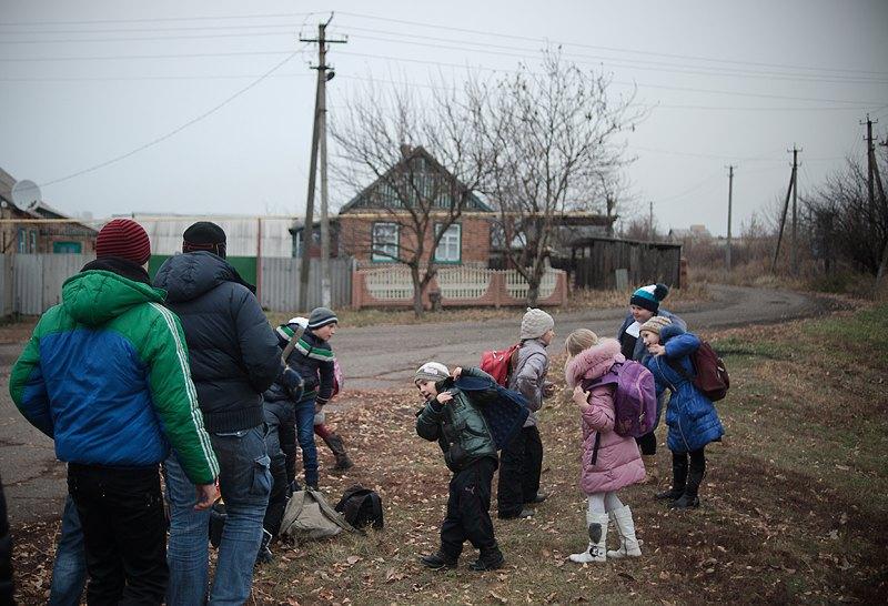 Діти чекають на шкільний автобус