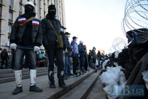 Под Донецкой ОГА активисты укрепили баррикады