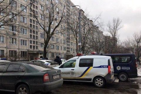 Поліція Києва зі стріляниною затримала чоловіка, який забарикадувався в квартирі