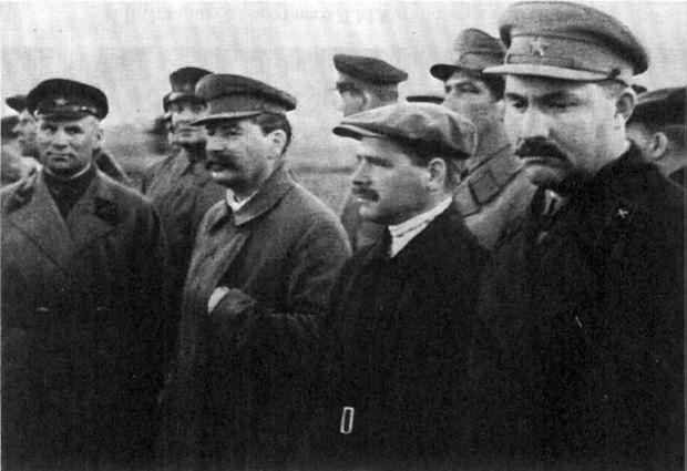 Лазарь Каганович крайний справа