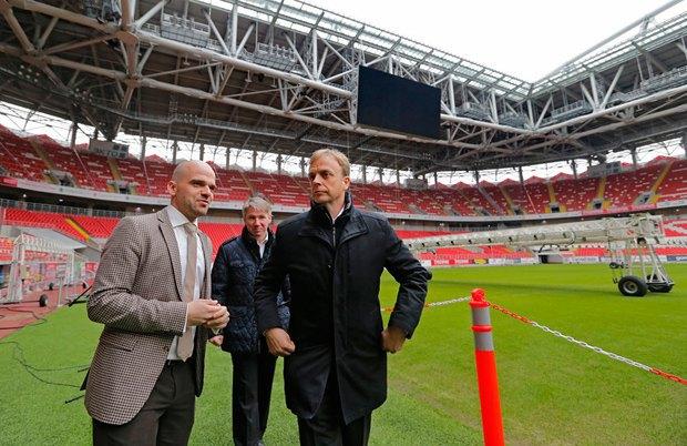 Президент Олимпийского комитета РФ Алексей Сорокин (C) и специалист ФИФА Колин Смит (слева) осматривают стадион *Спартак* в рамках планирования Кубка мира ФИФА 2018 года в Москве, 02 марта 2017 г.