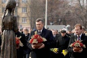 Янукович зажег лампадку в память о жертвах голодоморов в Украине