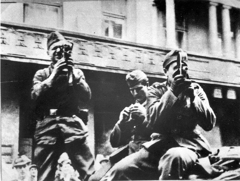 Німецькі солдати знімають Львівський погром, 1941