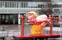 На карнавалі в Дюссельдорфі показали Трампа на рожні і Путіна, якого б'є у пах Навальний