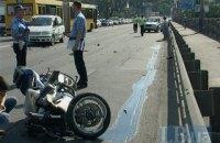 """На мосту імені Патона мінівен виштовхнув мотоцикліста на """"зустрічну"""""""