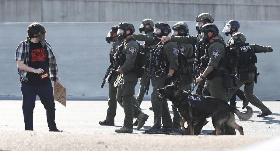 Во время стычек в Уолнат-Крик, Калифорния, США, 1 июня 2020 года.