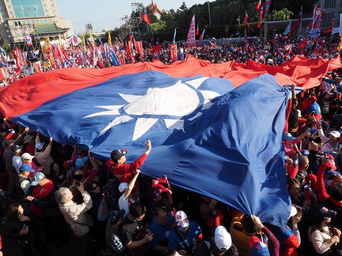 Сторонники партии Гоминьдан развернули гигантский флаг Тайваня во время предвыборной акции в Гаосюне, Тайвань, 10 января 2020.