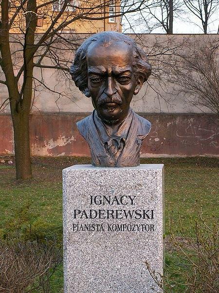 Памятник Игнацию Яну Падеревскому в городе Кельце