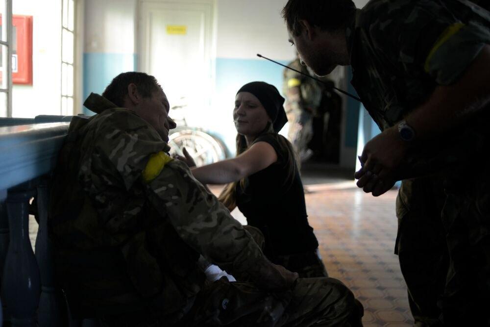 Иловайск. Владимиру перевязывают руку после ранения