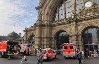 У Німеччині чоловік зіштовхнув матір з дитиною під поїзд