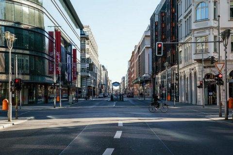 В Германии запретили собираться больше, чем по двое