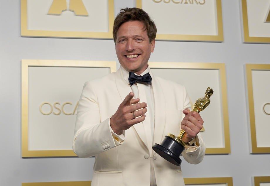 Томас Вінтерберг з нагородою за найкращий міжнародний художній фільм ,'Ще по одній'