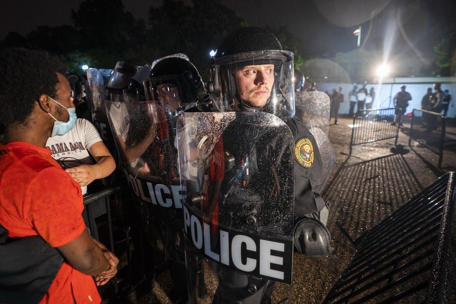 Протестующие пытаются прорваться к Белому дому, Вашингтон, 30 мая 2020