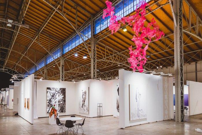 Стенд галереи Galerie Beck & Eggeling. Инсталляция Aljoscha и графика Сюзанны Кунн