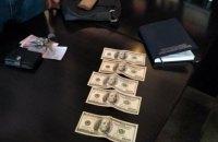 У Дніпрі заступника начальника колонії затримали під час дачі $500 хабара поліцейському