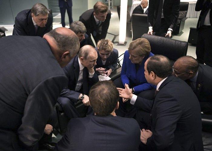 Канцлер Ангела Меркель беседует с президентом РФ Владимиром Путиным во время Международной конференции по Ливии в Берлине, 19 января 2020.