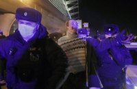 """В аэропорту """"Внуково"""" продолжаются задержания сторонников Навального"""