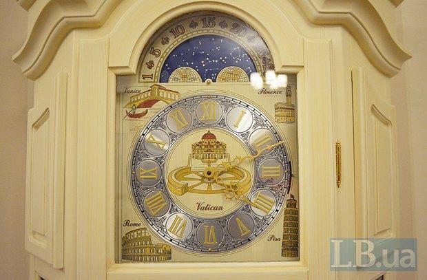 Напольные часы в кабинете - по меркам того времени - достаточно дешевые. В интернете подобный экземпляр можно найти примерно за 3 тыс.долларов