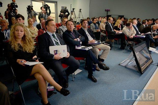 Кристина Марфи, третий секретарь Посольства Венгрии в Украине (слева), Олег Грицаенко, посол по особым поручения МИД Украины (второй слева) и посол Франции Ален Реми(рядом)