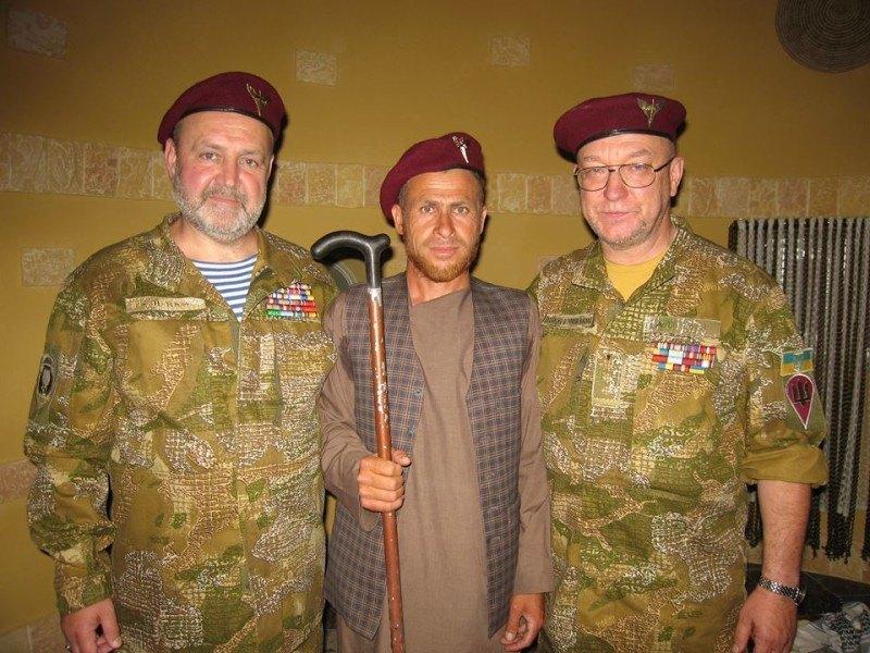 Пропавший военный (посредине) вместе с участниками поисковой группы