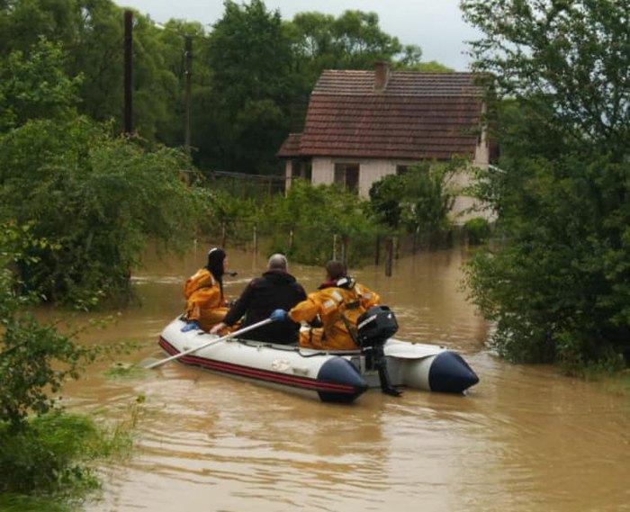 Рятувальники перевозять людей через водні перешкоди в селі Вовчинець Івано-Франківської міськради