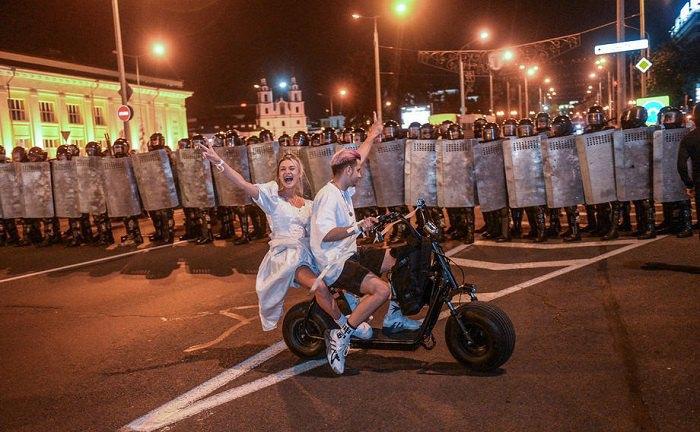 Протестующие перед колонной белорусских силовиков. Минск, 9 августа 2020 года