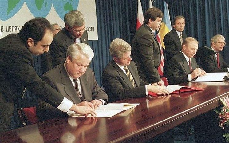 5 грудня 1994 року, між Україною, США, Росією та Великою Британією була підписана міжнародна угода про неядерний статус України – Меморандум про гарантії безпеки у зв'язку з приєднанням України до Договору про нерозповсюдження ядерної зброї.