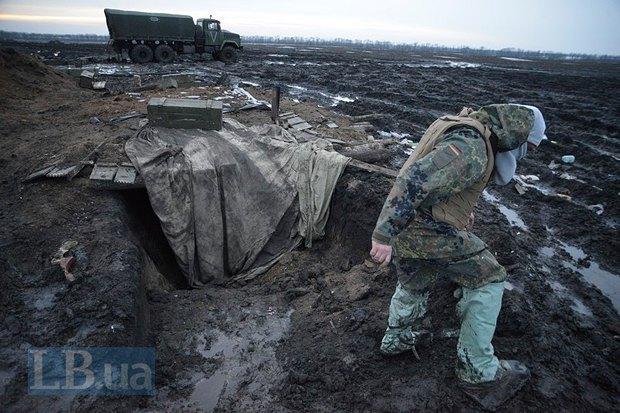 Артиллеристам 44-й бригады, которые стояли в грязи, выдали бахилы, не позаботившись о размерах