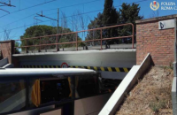 В Риме туристический автобус с пассажирами врезался в железнодорожный мост