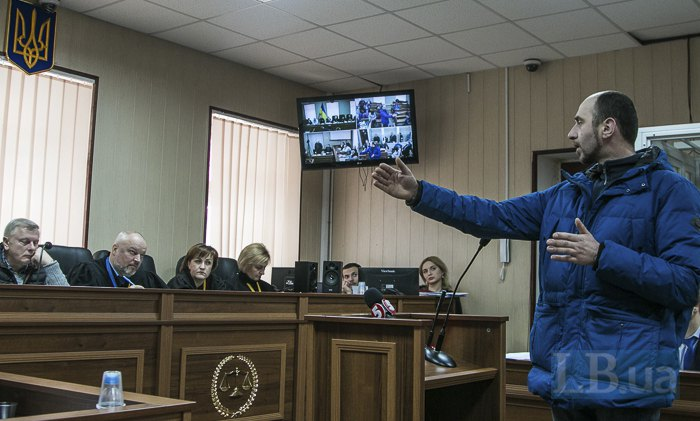Василь Симчич показує як він був розташований відносно барикади