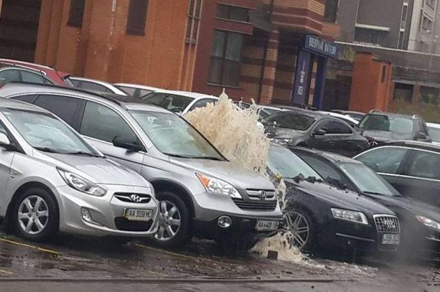 ВКиеве из-под земли вырвался мощнейший «фонтан»: разбиты автомобили
