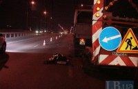 В Киеве на Московском мосту пьяный водитель Mercedes убил дорожного рабочего