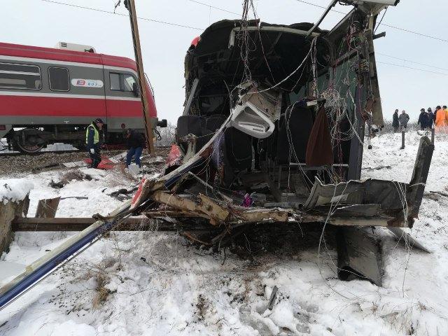 В Сербии поезд столкнулся со школьным автобусом