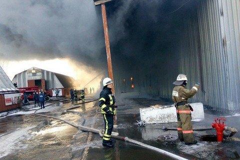 У Вишневому спалахнула велика пожежа на складі