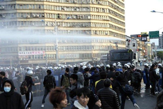 Полиция применят водометы против демонстрантов в Тайване