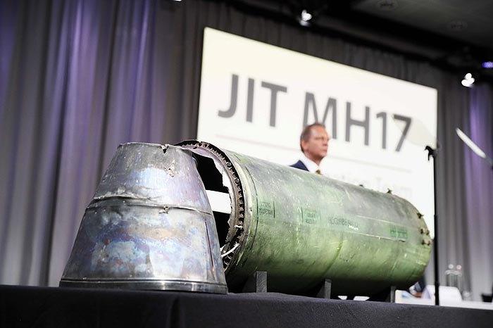 Обломки ракеты, которой сбили малайзийский Боинг под Донецком , во время доклада Международной следственной группы JIT