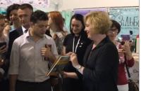 """На Книжковому Арсеналі Зеленському подарували книгу """"Політика для початківців"""""""