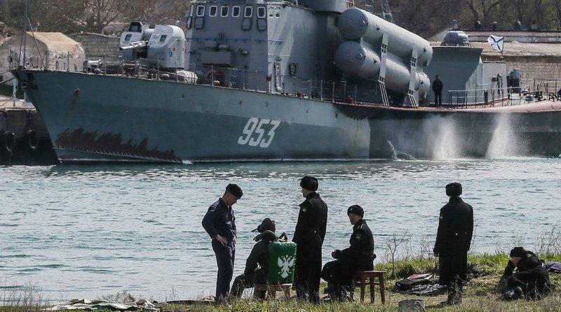 Моряки ВМФ РФ навпроти ракетного катера Чорноморського флоту РФ у Севастополі, 01 квітня 2014 року