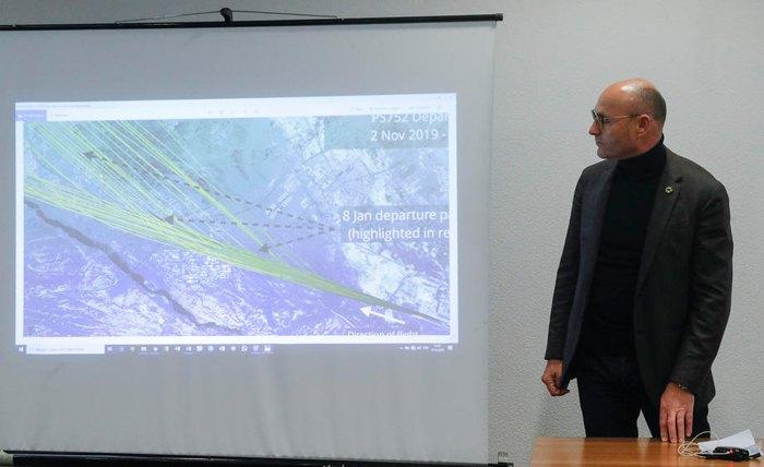 Евгений Дыхне во время пресс-конференции утром после крушения