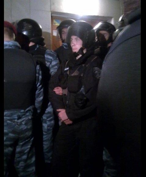 Міліція на вході в ОВК 215, фото Юлії Банкової з ТВі