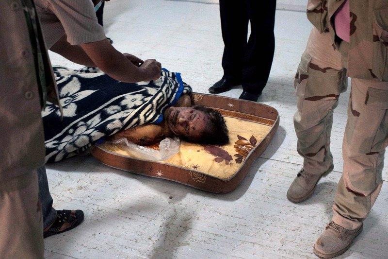 Тіло загиблого колишнього лівійського лідера Муамара Каддафі в морзі міста Місрата, Лівія, 22 жовтня 2011.