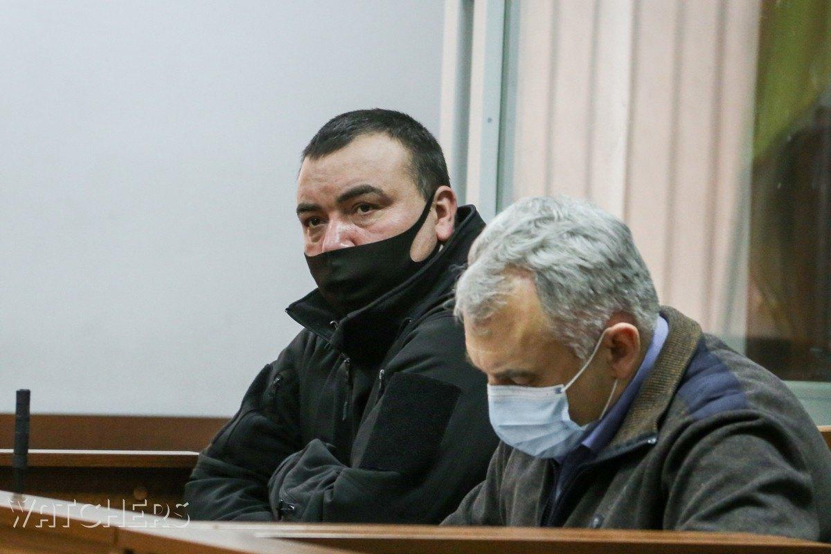 Олег Бойко, командир 2-го взводу 4-ої роти київського беркуту (зліва), з адвокатом