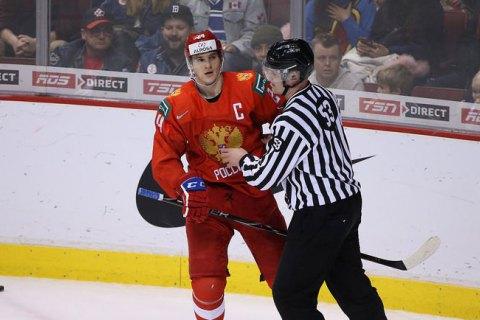 Капитан молодежной сборной России по хоккею от злости выбросил свой шлем на послематчевом награждении